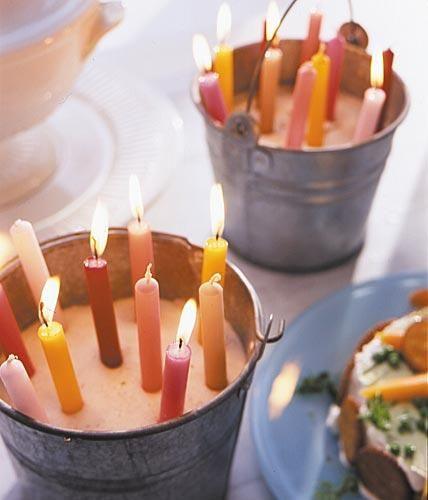 Wenig Aufwand, große Wirkung: einfach Vogelsand in einen Zinkeimer (beispielsweise über eBay) füllen und farbige Kerzen hineinstecken.Hersteller: Kerzen...