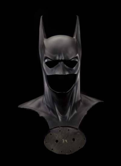 La máscara de Batman y la capa de Superman se convierten en objetos de museo: La máscara utilizada por George Clooney en 'Batman y Robin', la capa de Christopher Reeve en 'Superman III' y el traje de Halle Berry en 'Catwoman' fueron donados al museo Smithsonian por los estudios Warner Bros. junto a otros 30 artículos cinematográficos
