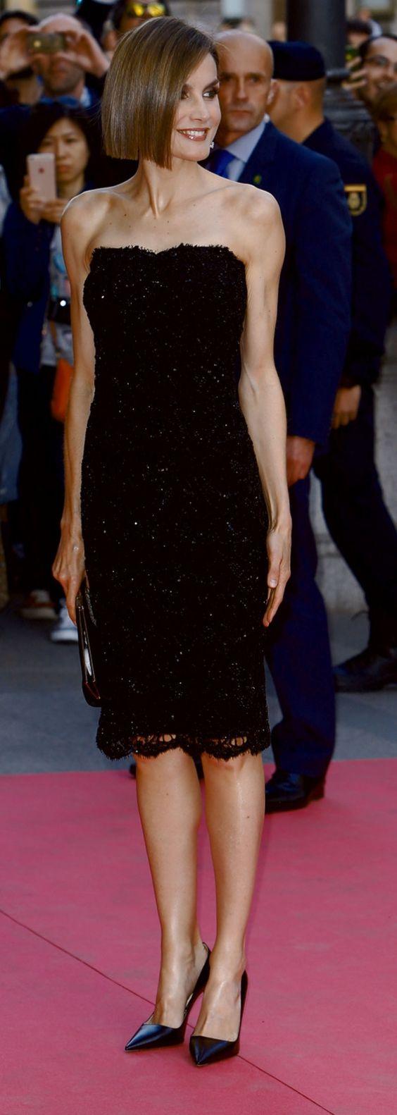 La reina Letizia sorprendió a su llegada a los premios Woman luciendo un corte bob, muy de moda esta temporada.