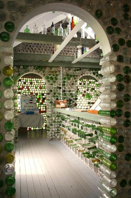 Les maisons de bouteilles bottle houses 3 whimsical for Glasses made out of bottles