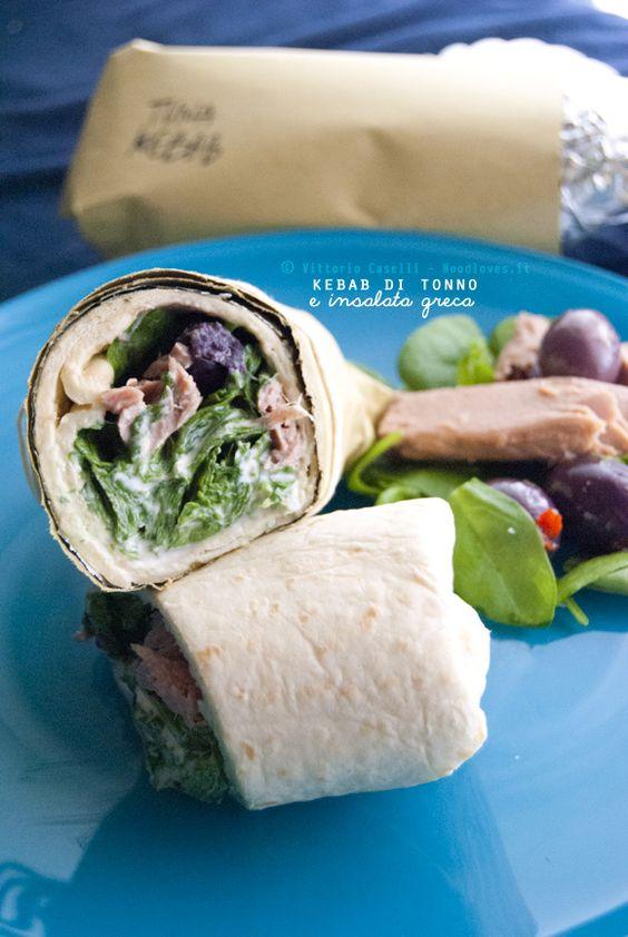 Kebab di tonno con insalata greca Il pranzo prêt-à-porter dell'estate: facile da preparare, leggero e super-buono!  La ricetta su http://noodloves.it/kebab-tonno-insalata-greca/ #Kebab #Tonno #Insalata #Grecia #Piadina #Tzatziki #Feta #Olive #Estate #PicNic #Spiaggia #Facile #Veloce #Ricetta #Fresca #Light #SoloCoseBelle #SoloCoseBuone #PretAPorter