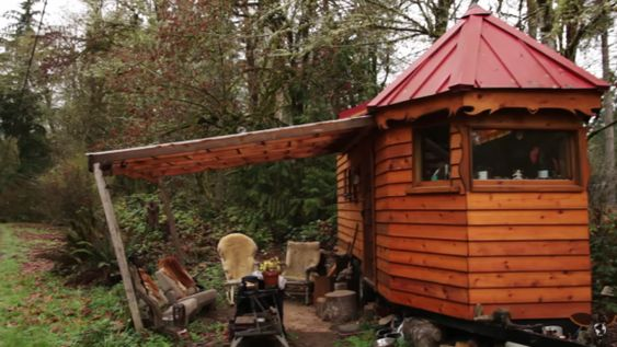 Artisan Builds His Tiny House from Salvaged Trailer – with No Plans!