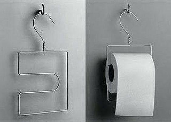 Otras ideas en las que puedes usar tus perchas de alambre, en este caso para colgar los rollos de papel del baño.