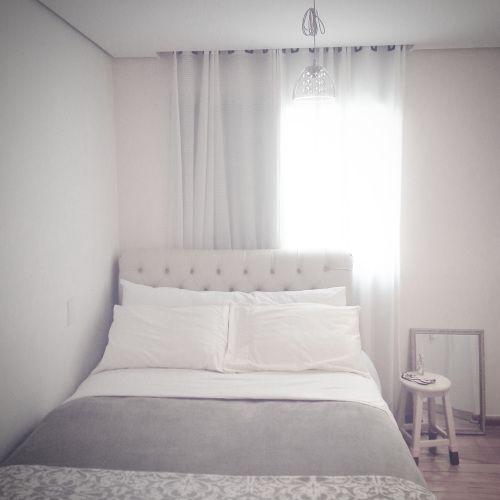 Decoração: o aconchego está nos detalhes - quarto neutro claro, cabeceira capitonê bege, cortina clara, lustre cristal, meia para banco, espelho no chão,quarto cores claras