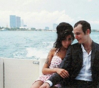 Amy Winehouse Happy On Her Wedding Day Amy Winehouse Ilustraciones Música Fotografia