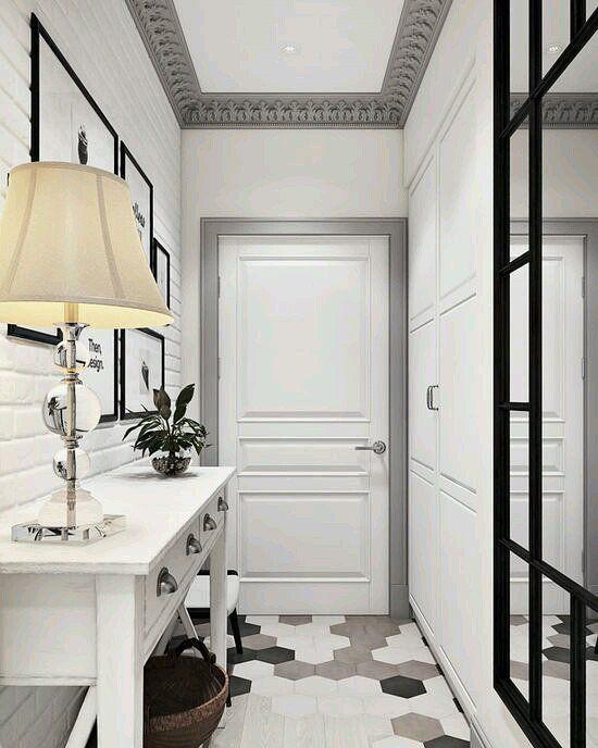 Белая прихожая в классическом стиле. Узкий коридор. «#советдизайнера #entrance #entrywaytable #art #interiordesign #interior #home #entryway #homedecor…»