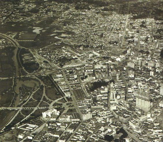 centro de São Paulo na década de 30, vendo-se à direita o Martinelli // O edíficio Martinelli – São Paulo | THE URBAN EARTH