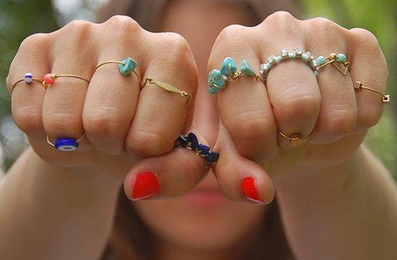 Les bagues ont toujours été à la mode, mais elles sont particulièrement en vue depuis quelques mois. Voici des tutos tout simples pour en réaliser quatre, à mixer et accessoiriser pour orner vos jolies mains ! En ce moment, les bagues sont partout ! Bagues de phalanges, bagues fines, avec des perles, des strass, du [...]: