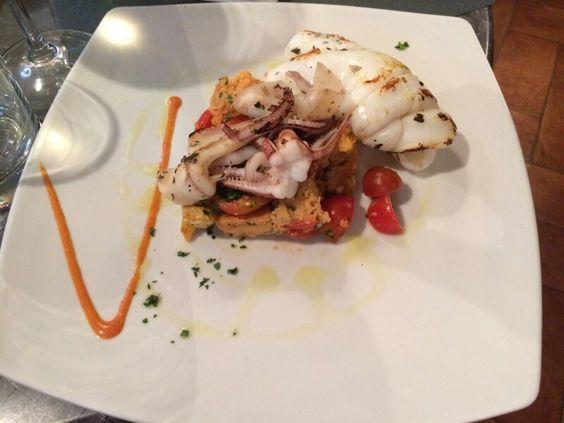 Panzanella romana con salsa di pecorino romano e calamari alla griglia.