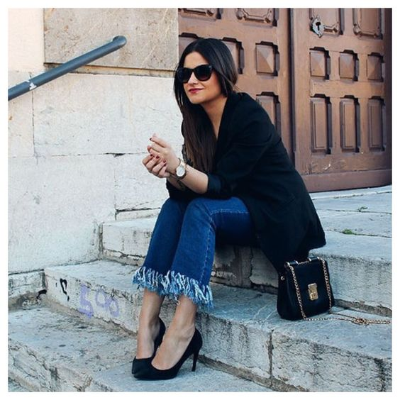 Num tom de brincadeira e um tanto quanto rebelde, a onda do momento é o Jeans com Barra Desfiada! O desfiado, além de trazer graça para o jeans com esse toque descolado, passa uma mensagem de estilo!