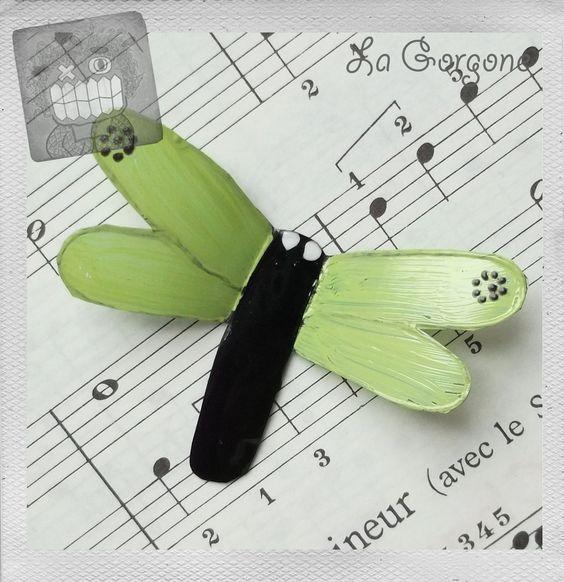 Libellule verte tendre à points noirs. Recyclage par La Gorgone : Autres art par la-gorgone