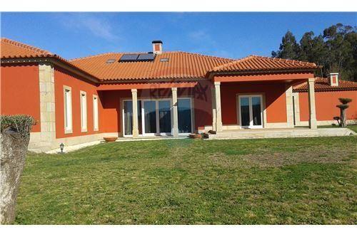 Venta Casa de 3 Hab. 2.560,00 mts2 de parcela y 460 mts2 de const. Precio: 298.000,00 Norte de Portugal