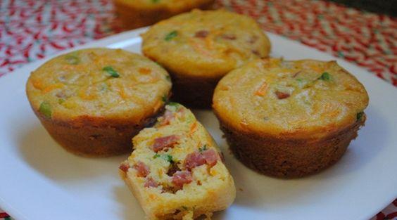 1 xícara de farinha de trigo  - 1/2 xícara de queijo gruyere ou muçarela ralado  - sal e pimenta do reino a gosto  - 1/4 de xícara de óleo  - 1/2 xícara de leite  - 2 ovos médios  - 1 cenoura média ralada  - 1/2 xícara de linguiça calabresa bem picadinha  - 2 colheres de sopa de cebolinha ou salsinha picada  - 1/2 colher de sopa de fermento em pó  - manteiga e farinha para untar as formas