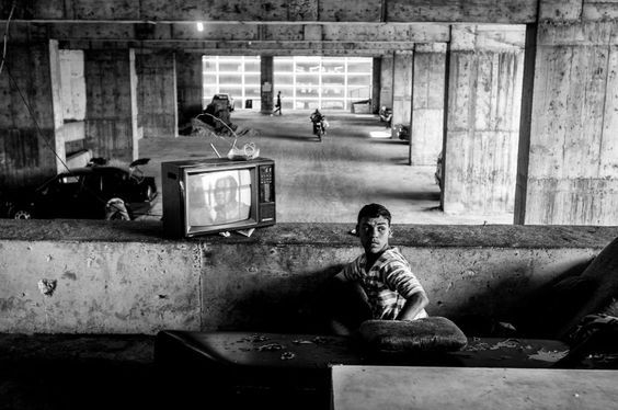 Anarchisches Wohnen: Der eine sieht im Turm fern, der andere fährt mit dem Motorrad die Etage ab. by alejandro cegarra