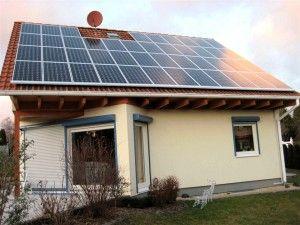 Photovoltaik-Anlage auf dem Hausdach: kurz nach Fertigstellung