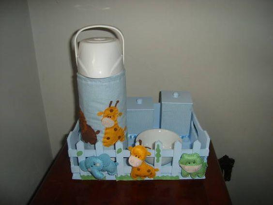 Cesta em mdf com 3 potinhos,garrafa,molheira de louça.  Com forração em tecido e aplicação. R$ 115,00