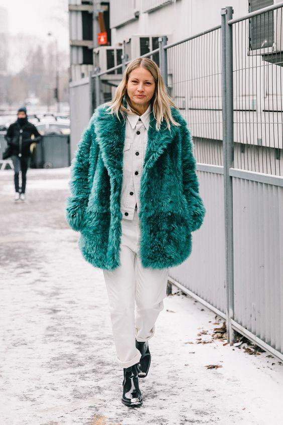 鮮やかグリーンのコート。