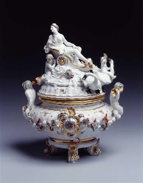 Terrine from the Swan Service for Count Heinrich von Brühl - by  Kaendler, Johann Joachim (1706-1775).  Porcelain, overglaze enamels, gold.