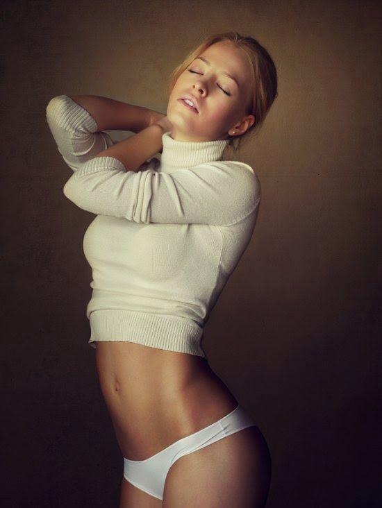 A linda modelo loira Svetlana nas fotografias de Stanislav Puchkovsky a.k.a. Sean Archer