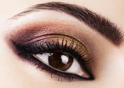 Kein anderes Make-up ist so zeitlos und sexy wie Smokey Eyes. Sie sind der Blickfang auf jeder Party und stehen fast jedem Frauentyp. Der Look muss nicht immer schwarz sein, sondern gelingt zum Beispiel auch mit Grau-, Gold- oder Brauntönen. Wir zeigen Euch, wie man ausdrucksvolle Katzenaugen perfekt schminkt.