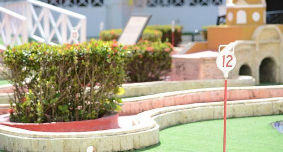 Campo de minigolf de 18 hoyos. con instructor, donde tú y tus hijos pueden divertirse mientras practican su deporte favorito. #ElHoteldeLasEstrellas