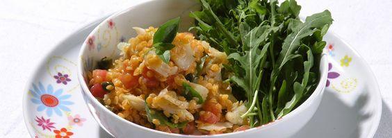 Leve e deliciosa. Confira a receita da salada de lentilha rosa e bacalhau.