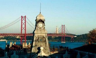 """El puente 25 de Abril, sobre el estuario del Tajo, toma su nombre tras la revolución """"de los claveles"""" de 1974."""