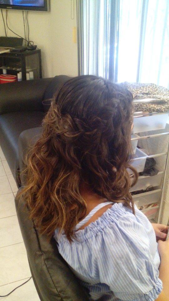 Curly con puntas planchadas y trenza corona