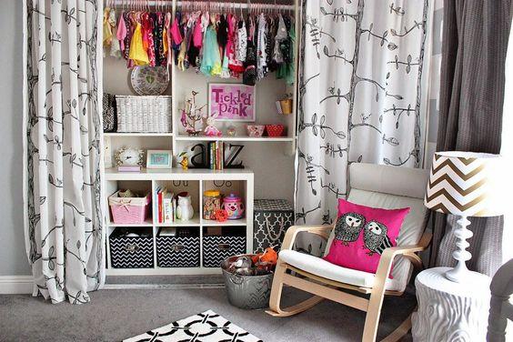 Si contamos con poco presupuesto podemos usar cortinas en lugar de puertas para delimitar el espacio y crear nuestro armario.