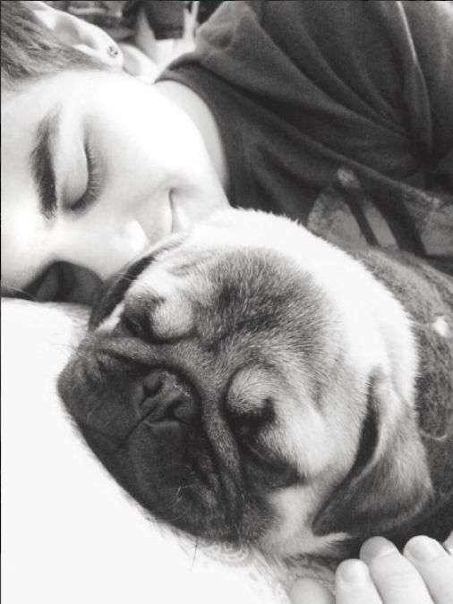 Abraham Mateo duerme con su perrito