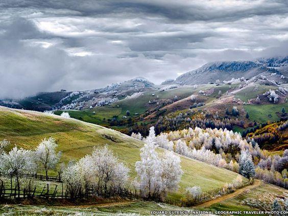 """Outro vencedor por mérito foi Eduard Gutescu pela sua foto de geada no vilarejo de Pestera, chamada """"Romania, Land of Fairy Tales"""". (Foto:  Eduard Gutescu/National Geographic Traveler Photo Contest)"""