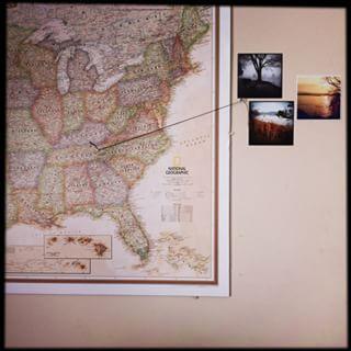 Exiba fotos de viagens alfinetando-as em locais de um mapa. | 27 ideias únicas para exibir fotos que trazem suas memórias para a vida
