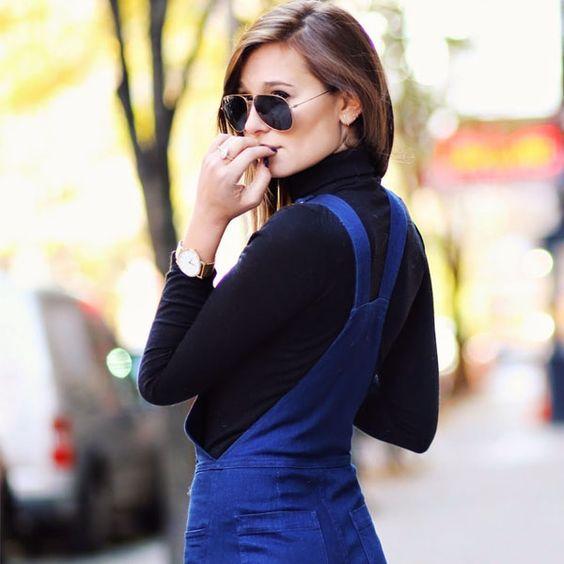 Look de Danielle Bernstein com jardineira jeans e blusa de gola alta.