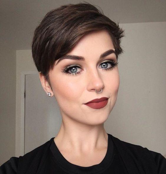 Corte de cabelo para rosto oval: 40 ideias para valorizar seus traços