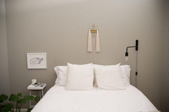 Appartement et salon noir et blanc visite décoration chambre minimaliste tissage laiton mur gris déco sobre et épurée