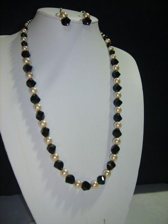 Collar de 40 cm. de largo con cristales austriacos, perlas de cristal y ganchos