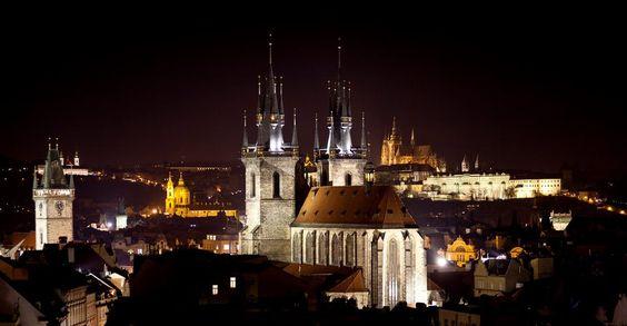 , Praga é um dos mais belos e antigos centros urbanos da Europa, famosa pelo extenso patrimônio arquitetônico e rica vida cultural
