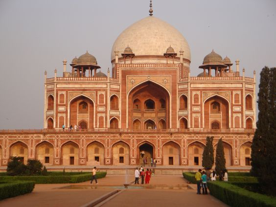 Tombe d' Humayum. Première tombe-jardin du sous-continent indien, c'est le premier édifice de cette taille à être construit en grès rouge. Son jardin de style perse est alors inédit en Inde et marque les progrès de l'art moghol, qui atteindra son apogée avec un autre mausolée : le Taj Mahal. milieu XVI s. Delhi 2010.