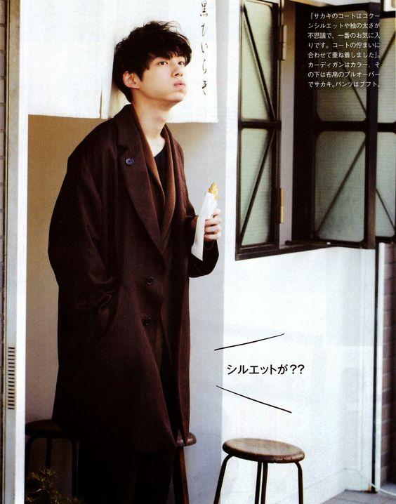 オーバーサイズロングコートの坂口健太郎のファッション