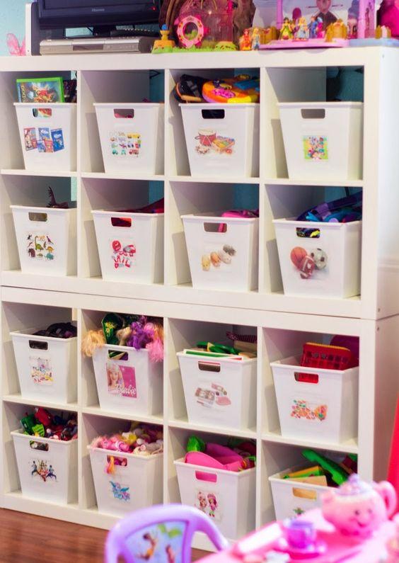 Des bacs à hauteur d'enfant avec des étiquettes visuelles indiquant les…
