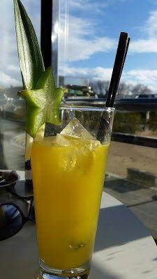 Otra maravillosa bebida.Contiene Ron blanco, Ron Jamaica ( ron tostado), triple seco, lima, naranja y almendra. Tomado en unos de mis sitios preferidos en la Playa de Santa Crisina( Oleiros- A Coru…