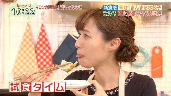 餃子を食べる伊東楓アナ