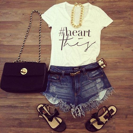 Calções ganga escura + t-shirt branca + sandálias pretas + fio dourado + mala preta