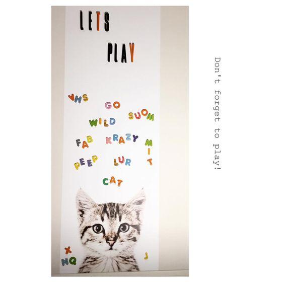 ~Let's play~ Husk å lek minimum 15 min med barna i dag, det er alt som skal til #wallpaper #groovymagnets #kidsplayroom #kidsroominspo #designletters #interior #cat