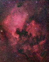 A fotogénica Nebulosa da Águia é composta por um jovem enxame estelar associado a uma nebulosa de emissão alinhada com nuvens de pó interestelar. O lindo espetáculo situa-se perto do centro Galáctico  .