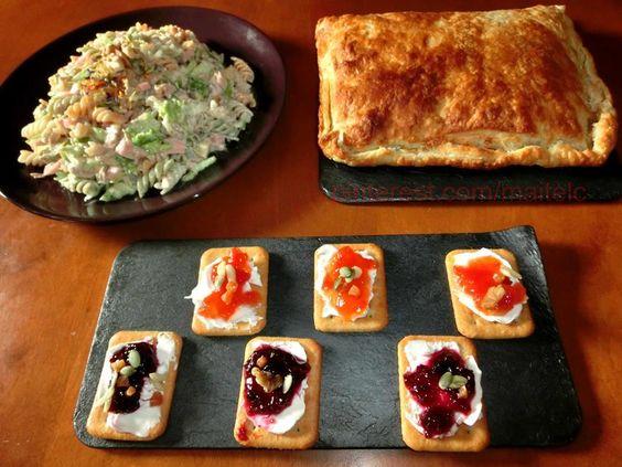 Tostas de queso y mermelada de tomate y frutos rojos. Ensalada de Pasta y frutos secos. Hojaldre mixto