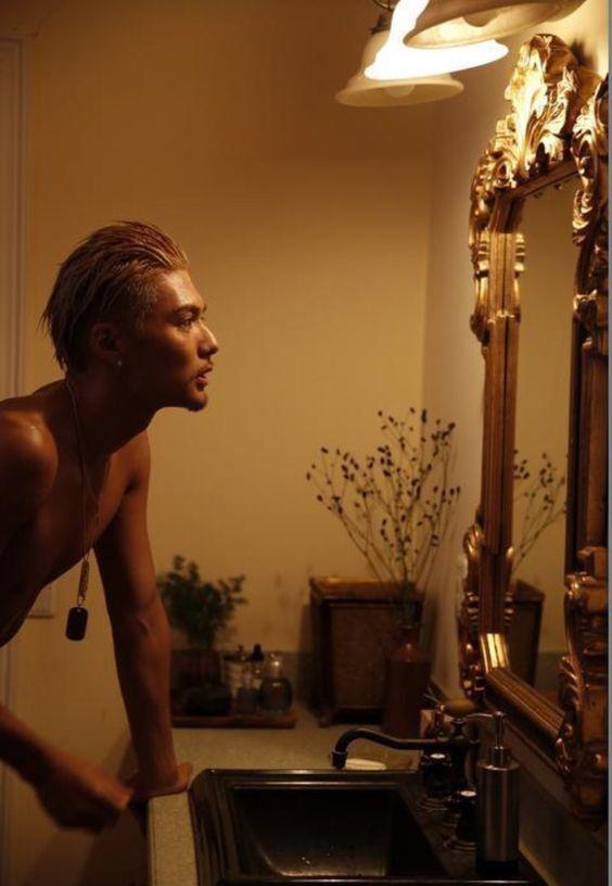 洗面台で鏡を見ているEXILEのSHOKICHIの画像・壁紙