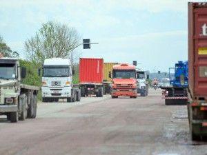 Caminhoneiros e transportadoras fecham acordo e greve é encerrada