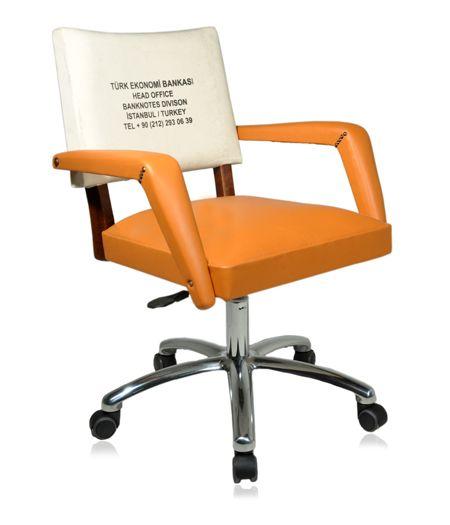 Cadeira giratória década de 60. Revestimento do assento e braços em couro natural laranja. Encosto revestido com malote de dinheiro usado pelo Banco Central Turco.