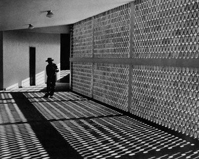 Faxineiro, c. 1950 São Paulo, SP jato de tinta 30,9 x 38,6 cm (32,2 x 40,0 cm) (reprodução) © José Yalenti. Todos os direitos reservados. Reprodução proibida.  CP0961 16-2007  Coleção Pirelli/ MASP de fotografia.
